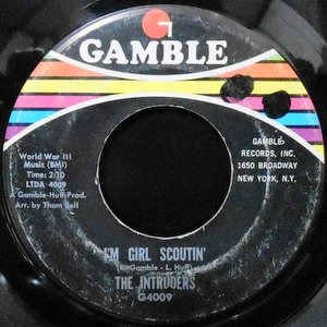 7 / THE INTRUDERS / I'M GIRL SCOUTIN' / WONDER WHAT KING OF BAG SHE'S IN